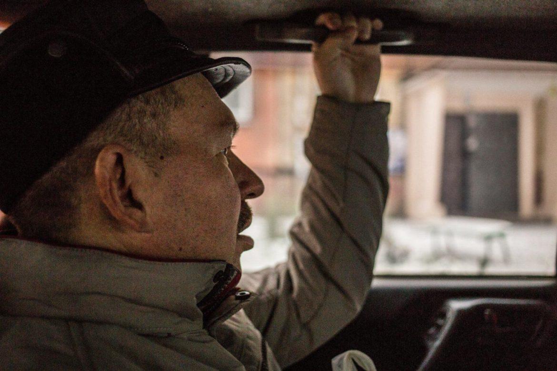 """Алёша едет в Надежду. Половину транспортных расходов оплачивает """"Надежда"""" через грант, так что услуга обходится Ларисе Михаловне в два раза дешевле. Да и пользование обычними службами такси сопросождалось бы лишним стрессом."""